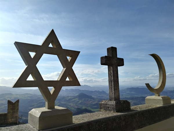 유럽 회의 70주년 기념물 산마리노의 중심인 자유의 광장 옆 건물에 이슬람교의 상징인 초승달과 기독교의 십자가, 유대교를 상징하는 다윗의 별이 나란히 세워져 있어 눈길을 끈다.