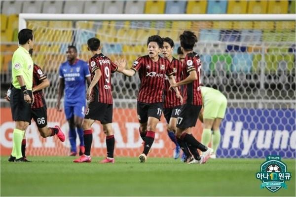 하나원큐 K리그1 2020 10라운드 서울과 수원의 경기에서 서울 조영욱이 두 번째 골을 터뜨린 후 동료들과 기쁨을 나누며 뛰어나오고 있다.