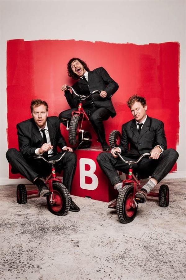 고티에(가운데)는 호주 밴드 '더 베이직스(The Basics)'의 드러머 겸 보컬로 활동하고 있다.