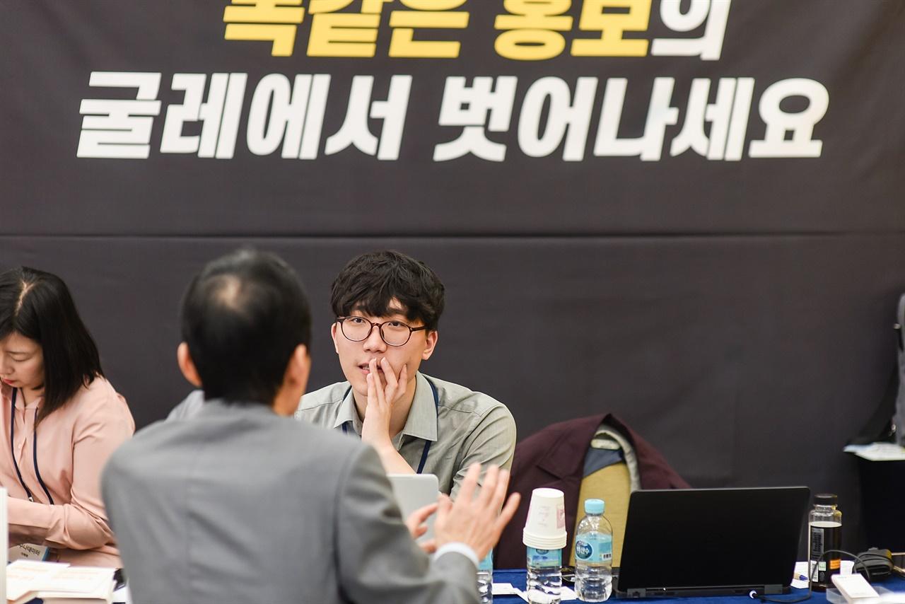 2017년 NPO파트너 페어 박람회 '누구나데이터' 부스에서 상담하고 있는 김자유