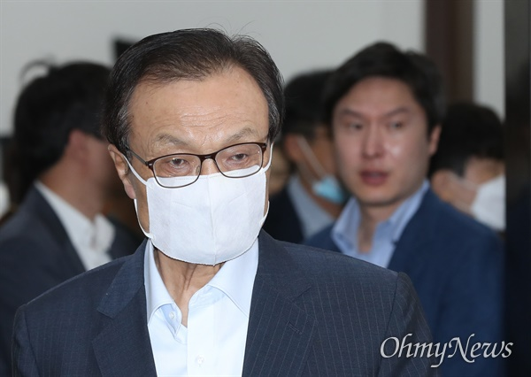 굳은 표정의 이해찬 더불어민주당 이해찬 대표가 6일 오전 서울 여의도 국회에서 최고위원회의를 주재하기 위해 들어서고 있다.