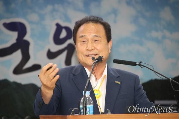 김영만 군위군수가 6일 오후 군위군청에서 기자회견을 열고 국방부가 군위군 우보면을 '부적합'으로 판정한데 대해 법적 소송을 할 것이라고 밝혔다.