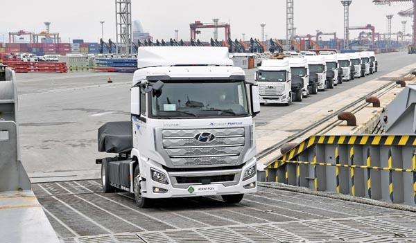 전남 광양시 광양항에서 '엑시언트 수소전기트럭 (XCIENT Fuel Cell)' 10대를 스위스로 수출하기 위해 글로비스 슈페리어호에 선적하는 모습.