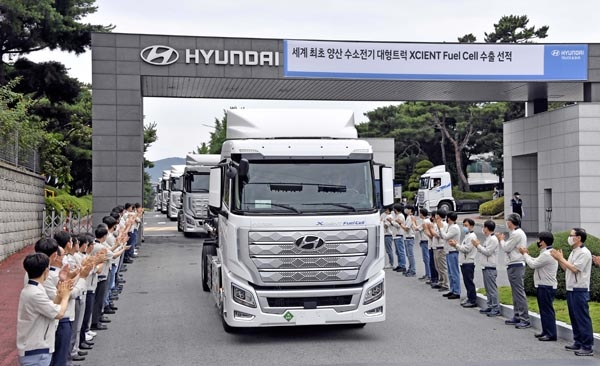 전북 완주군 현대차 전주공장에서 엑시언트 수소전기트럭이 스위스 첫 수출을 위해 직원들의 축하를 받으면서 공장 정문을 나서고 있다.