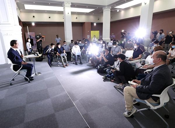 박원순 서울시장이 6일 서울 시민청에서 열린 민선7기 2주년 기자 간담회에서 인사말을 하고 있다.