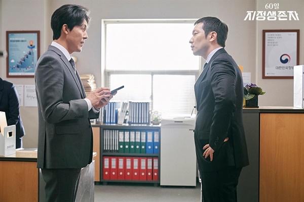 드라마 <60일, 지정생존자>에서 대변인 김남욱 역을 맡은 배우 이무생(왼쪽)과 비서실장 차영진 역할을 맡은 배우 손석구