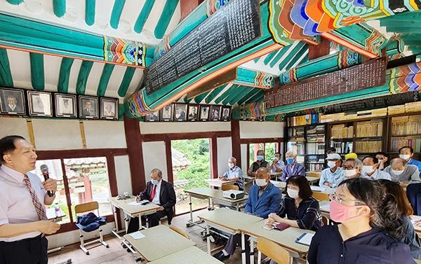 황의동 교수가 유교에 대한 강의를 펼치니 참가자들이 고개를 끄덕이며 호흡한다.