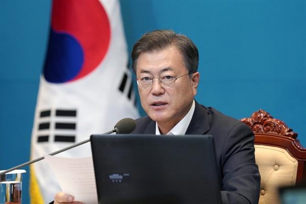 문재인 대통령이 6일 오후 청와대에서 수석·보좌관 회의를 주재하고 있다.