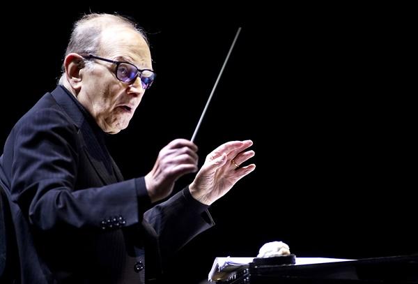 이탈리아 작곡가 엔니오 모리코네가 7월 6일 91세의 나이로 별세했다. 사진은 지난 2016년 2월 21일 네덜란드 암스테르담 지고돔에서 '60 Years in Music'의 곡을 지휘하던 엔니오 모리코네의 모습.