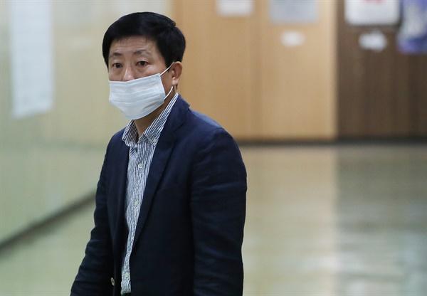 회견장 들어서는 박상학 박상학 자유북한운동연합 대표가 6일 오후 중구 프레스센터에서 외신기자들을 상대로 기자회견을 하기 위해 들어가고 있다. 2020.7.6