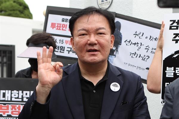 6일 경기도 의정부시 가능동 의정부지방법원에서 민경욱 전 미래통합당 의원이 자신에게 투표용지를 전달한 제보자에 대한 검찰의 구속영장 청구에 대해 발언하고 있다.