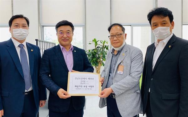 더불어민주당 송오성, 장종하, 빈지태 의원은 7일 중앙당 윤호중 사무총장을 만나 김하용, 장규석 의원 제명 요구 서명부를 전달했다.