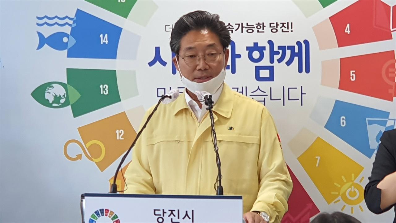 김홍장 시장이 기자들의 질문에 답변하고 있다.