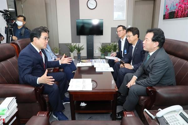 허성무 창원시장은 7월 7일 국회를 찾아 의원들을 만나 각종 지역현안에 대해 건의했다.