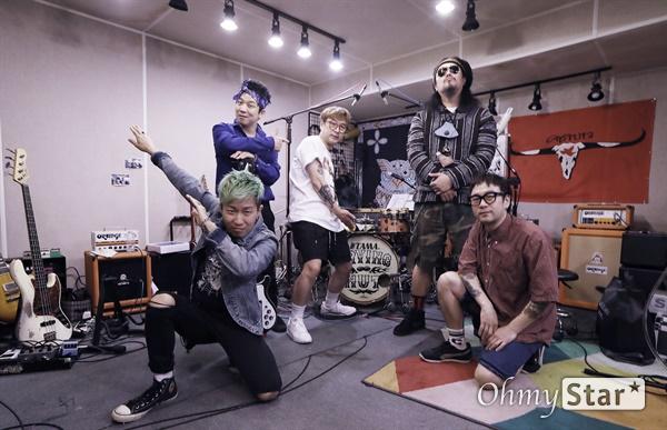 크라잉넛, 계속 달리자! 데뷔 25주년을 맞은 크라잉넛(메인보컬 및 기타 박윤식, 기타 이상면, 베이스 한경록, 드럼 이상혁, 아코디언 및 키보드 김인수)이 7일 오후 서울 마포구에 위치한 연습실에서 인터뷰에 앞서 포즈를 취하고 있다.
