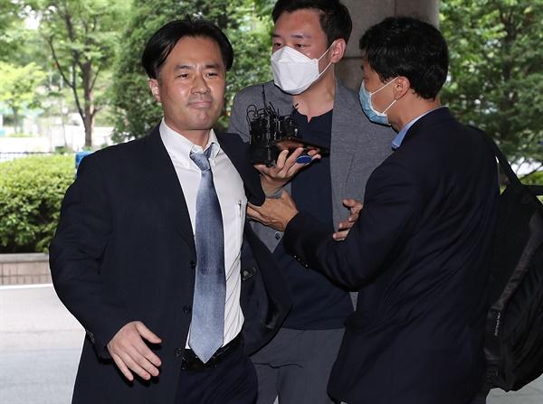 손석희 JTBC 대표이사에게 과거 차량 접촉사고 등을 기사화하겠다며 채용과 금품을 요구한 혐의로 재판에 넘겨진 프리랜서 기자 김웅씨가 8일 오전 마포구 서울서부지법에서 열린 선고공판에 출석하고 있다. 이날 법원은 김씨에게 징역 6개월을 선고하고 법정구속했다.