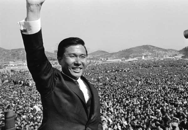 1971년 대통령 선거 당시 유세장에 모인 100만 청중에게 손을 들어 답례하는 김대중 후보.