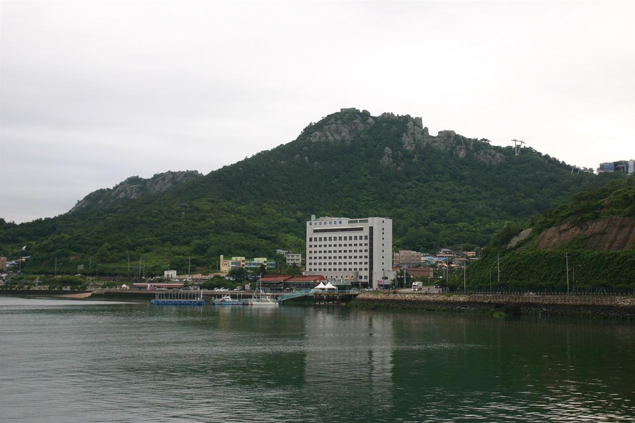 여객선 갑판에서 바라본 목포 유달산