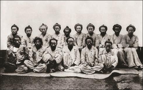 대구감옥에 수감된 호남 의병들(앞줄 왼쪽에서 두 번째 오성술 의병장).