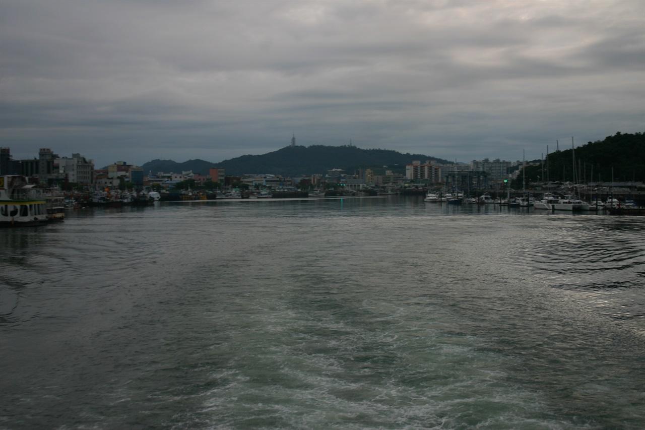 신안농협 소속 여객선이 목포 앞 바다를 가르며 하의도로 가고 있다.