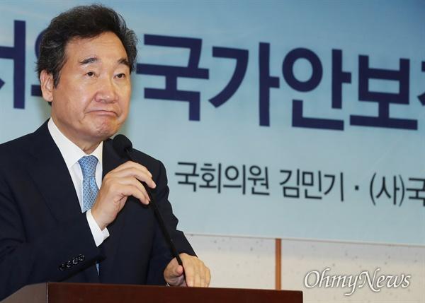 마이크 잡은 이낙연 당권 도전을 선언한 이낙연 더불어민주당 의원이 8일 오후 서울 여의도 국회 의원회관에서 열린 '코로나19 시대 동북아 질서와 국가안보전략' 학술 세미나에 참석, 축사를 하고 있다.