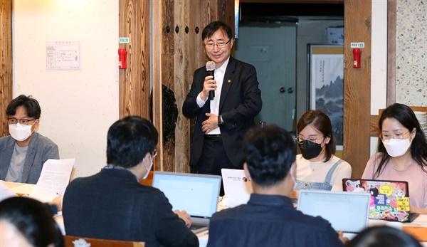 오영우 문화체육관광부 제1차관이 8일 서울 종로구의 한 식당에서 기자들과 간담회를 갖고 코로나19 극복 예술계 생태계 정상화를 위한 하반기 지원 확대에 대한 설명을 하고 있다.