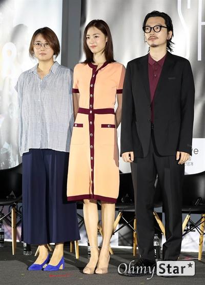 'SF8' 노덕-이연희-이동휘, '만신'의 주역들 8일 오후 서울 용산구의 한 상영관에서 열린 영화와 드라마의 크로스오버 프로젝트 < SF8(에스 에프 에잇) > 제작보고회에서 <만신>의 노덕 감독과 이연희 배우, 이동휘 배우가 포토타임을 갖고 있다.   < SF8(에스 에프 에잇) >은 한국영화감독조합에 소속된 민규동, 노덕, 한가람, 이윤정, 김의석, 안국진, 오기환, 장철수 감독이 각각 한국판 오리지널 SF 앤솔러지 시리즈를 표방하며 근미래의 인공지능, 증강현실, 가상현실, 로봇, 게임, 판타지, 호러, 초능력, 재난 등의 소재로 완성한 프로젝트 작품이다. 10일 웨이브 선공개 이어 8월 17일 MBC 방영 예정.