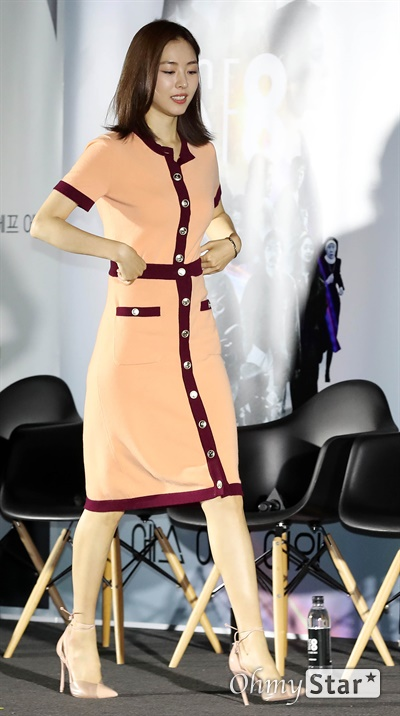 'SF8' 이연희, 결혼 뒤 첫 일정 8일 오후 서울 용산구의 한 상영관에서 열린 영화와 드라마의 크로스오버 프로젝트 < SF8(에스 에프 에잇) > 제작보고회에서 <만신>의 이연희 배우가 포토타임을 갖고 있다.   < SF8(에스 에프 에잇) >은 한국영화감독조합에 소속된 민규동, 노덕, 한가람, 이윤정, 김의석, 안국진, 오기환, 장철수 감독이 각각 한국판 오리지널 SF 앤솔러지 시리즈를 표방하며 근미래의 인공지능, 증강현실, 가상현실, 로봇, 게임, 판타지, 호러, 초능력, 재난 등의 소재로 완성한 프로젝트 작품이다. 10일 웨이브 선공개 이어 8월 17일 MBC 방영 예정.