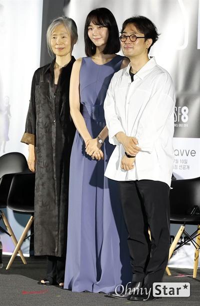 'SF8' 예수정-이유영-민규동, '간호중' 주역들 8일 오후 서울 용산구의 한 상영관에서 열린 영화와 드라마의 크로스오버 프로젝트 < SF8(에스 에프 에잇) > 제작보고회에서 <간호중>의 예수정 배우와 이유영 배우, 민규동 감독이 포토타임을 갖고 있다.   < SF8(에스 에프 에잇) >은 한국영화감독조합에 소속된 민규동, 노덕, 한가람, 이윤정, 김의석, 안국진, 오기환, 장철수 감독이 각각 한국판 오리지널 SF 앤솔러지 시리즈를 표방하며 근미래의 인공지능, 증강현실, 가상현실, 로봇, 게임, 판타지, 호러, 초능력, 재난 등의 소재로 완성한 프로젝트 작품이다. 10일 웨이브 선공개 이어 8월 17일 MBC 방영 예정.
