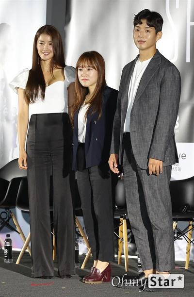 'SF8' 이시영-한가람-하준, '블링트' 주역들 8일 오후 서울 용산구의 한 상영관에서 열린 영화와 드라마의 크로스오버 프로젝트 < SF8(에스 에프 에잇) > 제작보고회에서 <블링트>의 이시영 배우, 한가람 감독, 하준 배우가 포토타임을 갖고 있다.   < SF8(에스 에프 에잇) >은 한국영화감독조합에 소속된 민규동, 노덕, 한가람, 이윤정, 김의석, 안국진, 오기환, 장철수 감독이 각각 한국판 오리지널 SF 앤솔러지 시리즈를 표방하며 근미래의 인공지능, 증강현실, 가상현실, 로봇, 게임, 판타지, 호러, 초능력, 재난 등의 소재로 완성한 프로젝트 작품이다. 10일 웨이브 선공개 이어 8월 17일 MBC 방영 예정.