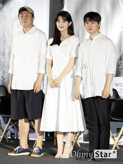 'SF8' 안국진-신은수-이다윗, '일주일만에 사랑할 순 없다' 주역들 8일 오후 서울 용산구의 한 상영관에서 열린 영화와 드라마의 크로스오버 프로젝트 < SF8(에스 에프 에잇) > 제작보고회에서 <일주일만에 사랑할 순 없다>의 안국진 감독과 신은수 배우, 이다윗 배우가 포토타임을 갖고 있다. < SF8(에스 에프 에잇) >은 한국영화감독조합에 소속된 민규동, 노덕, 한가람, 이윤정, 김의석, 안국진, 오기환, 장철수 감독이 각각 한국판 오리지널 SF 앤솔러지 시리즈를 표방하며 근미래의 인공지능, 증강현실, 가상현실, 로봇, 게임, 판타지, 호러, 초능력, 재난 등의 소재로 완성한 프로젝트 작품이다. 10일 웨이브 선공개 이어 8월 17일 MBC 방영 예정.