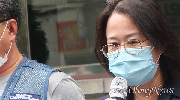 고 서형욱씨의 누나 서형주씨가 8일 오후 CJ대한통운 본사 앞에서 발언을 하고 있다.