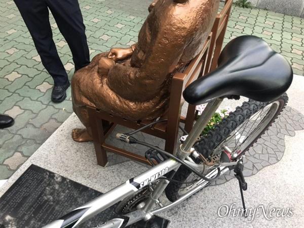 8일 부산 일본영사관 앞 평화의 소녀상에 한 20대 남성이 자전거를 묶어놓고 달아났다. 지난달 22일 '박정희'가 적힌 노란 천과 막대기를 투척하고 사라진 지 두번째 사건이다.