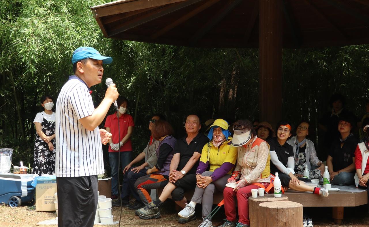 군산 청암산 쉼터에서 지지자들에게 근황 설명하는 김관영 전 의원