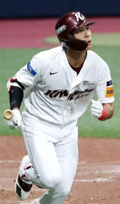 8일 서울 고척스카이돔에서 열린 2020 KBO리그 삼성 라이온즈와 키움 히어로즈의 경기.  7회말 무사 1,2루 상황에서 키움 이정후가 3점 홈런을 친 뒤 타구를 바라보고 있다.