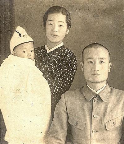 1943년 장재성(35) 선생과 부인 박옥희(32), 큰아들 장상백(1)