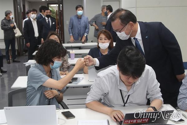 김부겸 '당대표 출마합니다' 더불어민주당 김부겸 전 의원이 9일 오전 여의도 중앙당사에서 당대표 후보 출마를 선언하기 전에 기자들과 인사를 나누고 있다.
