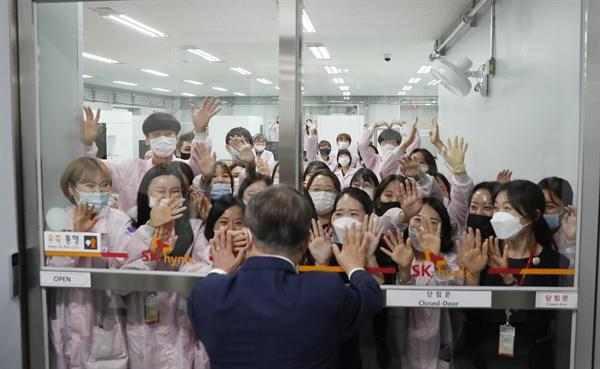 문재인 대통령이 9일 오전 경기도 이천시 SK하이닉스 이천 캠퍼스에 도착해 직원들과 인사하고 있다.