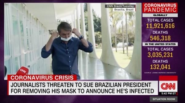 코로나19 양성 판정을 받고 기자회견을 하다가 마스크를 벗는 자이르 보우소나루 브라질 대통령을 보도하는 CNN 뉴스 갈무리.