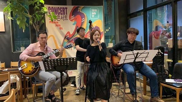 하고싶은 것은 하면서 살 수 없을까요?  한국에서 젊은 청년예술가들이 하고싶은 음악을 하면서 살기는 아직까지 너무 어렵다고 밝혔다. 코로나로 비대면 강화가 된 이 때, 공연을 할 수 없는 젊은 음악가들은 선택지가 없다.