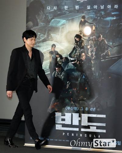 '반도' 강동원, 강렬한 남자 강동원 배우가 8일 오후 서울 용산구의 한 상영관에서 열린 영화 <반도>시사회에서 포토타임을 갖고 있다. <반도>는 '부산행' 그 후 4년, 폐허가 된 땅에 남겨진 사람들이 벌이는 최후의 사투를 그린 영화로, 2020년 칸 국제 영화제에 공식 초청된 작품이다. 15일 개봉.