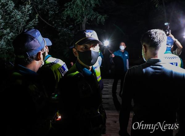박원순 서울시장이 실종신고된 9일 오후 서울 성북구 와룡공원 일대에서 1차 수색을 마친 경찰이 수색을 하며 다른 장소로 이동하고 있다.