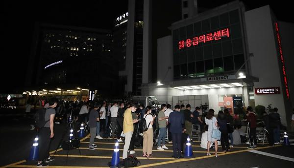 경찰에 박원순 서울시장이 실종됐다는 신고가 들어온 9일 오후 서울 종로구 서울대병원 응급의료센터 앞에서 취재진이 대기하고 있다.