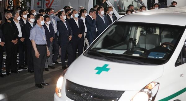 10일 오전 박원순 서울시장의 시신을 운구한 구급차량이 서울 종로구 서울대병원 응급의료센터 앞에 도착해 있다.
