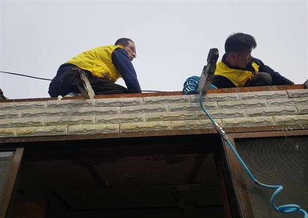 22년 간 156채의 '집 고쳐주는 봉사'를 해온  ㈜대흥의 직원들이 참여해 만든 '사랑의 고치미' 회원들이 집고치기 봉사활동을 하고 있다.