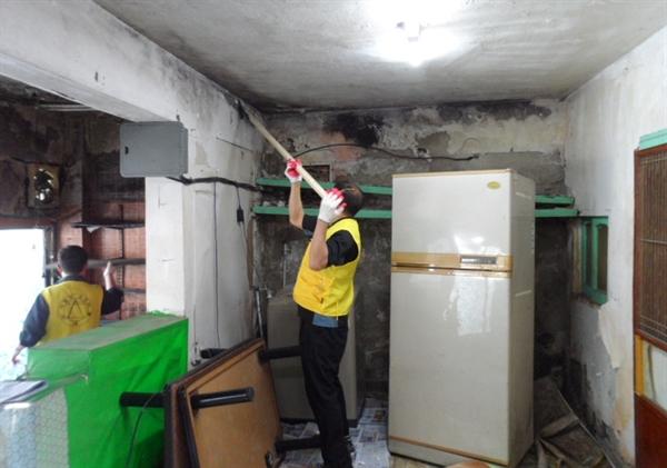 ㈜대흥의 직원들이 참여해 만든 '사랑의 고치미' 회원들이 집고치기 봉사활동을 하고 있다. 이 봉사단체는  22년 간 156채의 '집 고쳐주는 봉사'를 해왔다.