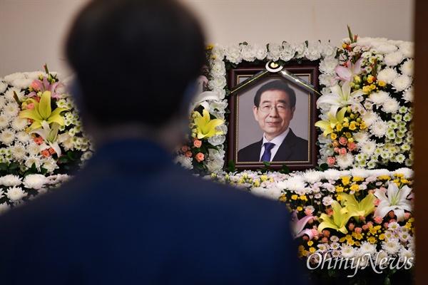 고 박원순 서울시장 빈소가 10일 오전 서울 종로구 서울대병원 장례식장에 마련되어 시민들이 조문하고 있다.