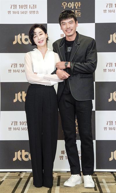'우아한 친구들' 김혜은-김성오, 깜찍한 케미 김혜은과 김성오 배우가 10일 오후 온라인으로 진행된 JTBC <우아한 친구들> 제작발표회에서 포즈를 취하고 있다. <우아한 친구들>은 갑작스러운 친구의 죽음으로 평화로운 일상에 균열이 생긴 20년 지기 친구들과 그 부부들의 이야기를 그린 미스터리 드라마다. 10일 금요일 밤 10시 50분 첫 방송.