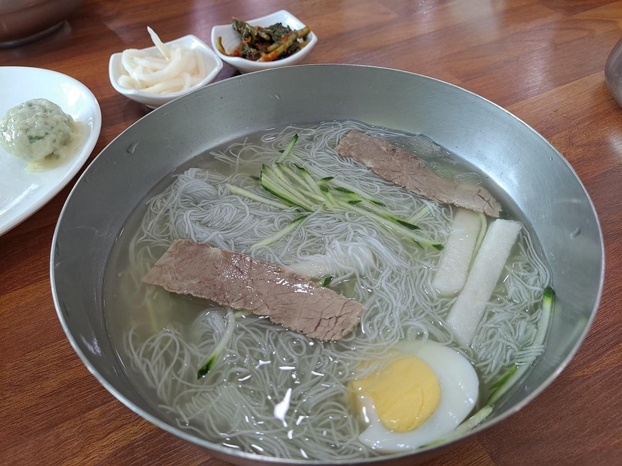 여름철 냉면은 무더위를 시원하게 시켜주는 음식이다.