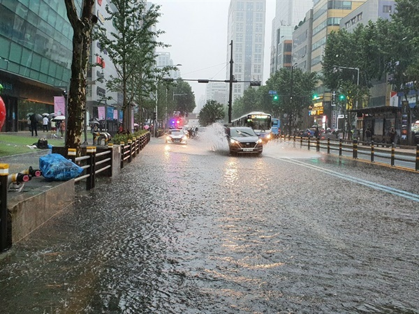 10일 호우경보로 부산에 많은 비가 내린 가운데, 부산 해운대구 벡스코 인근 도로가 침수됐다.